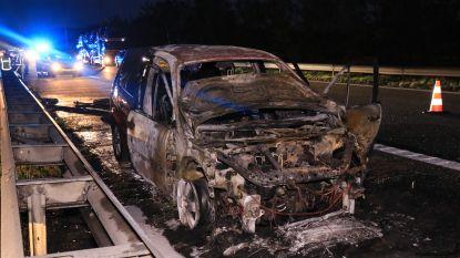 Dubbel pech voor Brits duo: verkeerd gereden en auto uitgebrand