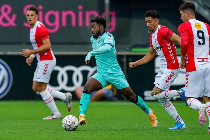 Ché Nunnely voor Willem II aan de bal in de wedstrijd tegen Emmen.