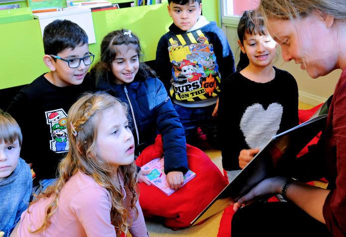 'We moeten de zorgen die met opgroeien gepaard gaan weer 'normaliseren'. Een voorlees- en knutselmiddag in de bibliotheek.