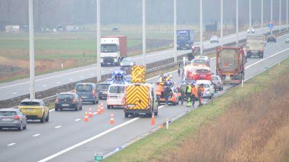 Vijf auto's en vrachtwagen botsen op A10: één lichtgewonde en lange file