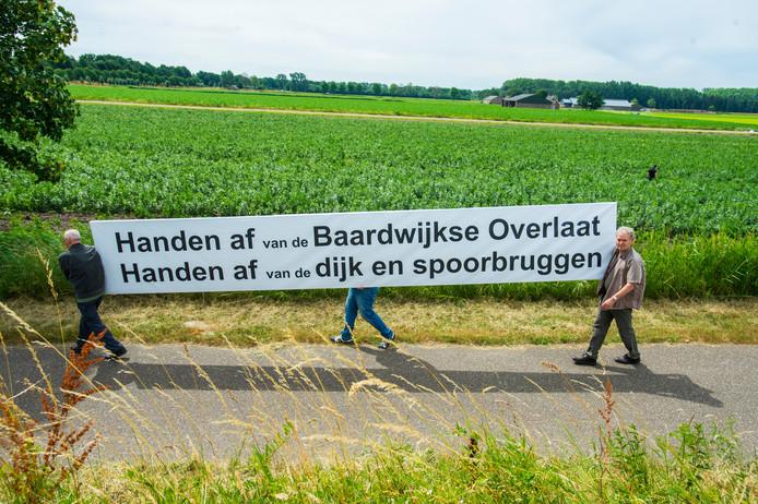 Eerder protest, bijna een jaar geleden, tegen de plannen om een deel van de spoordijk in de Baardwijkse Overlaat af te graven.