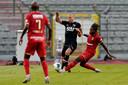 Minuut 36: Mbokani haalt onnodig Vlaar neer: tweede geel en rood.