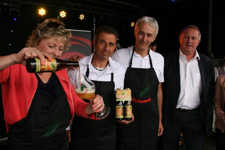 Eddy Leyssens, Inge De Coster en Peter Jochems schenken het eerste flesje Perkament uit voor burgemeester Dirk Van Mechelen.