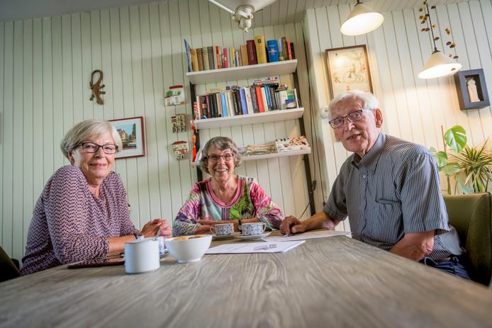 Stichting Seniorenplatform wil signalen die ze van ouderen ontvangen doorgeven aan de gemeenteraad. V.l.n.r. Sonja Kooij, Hanny Flore en Martin Koning