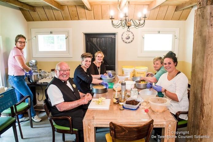 Karin, Jan, Anneke, Desiree (Aveleijn), Corrie en Anne (Aveleijn) aan de keukentafel van Erve Huiskes, bezig met de voorbereidingen voor het maken van de bekende appeltaarten.