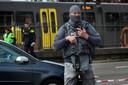 Een zwaar bewapende agent voor de tram, vlak na de aanslag