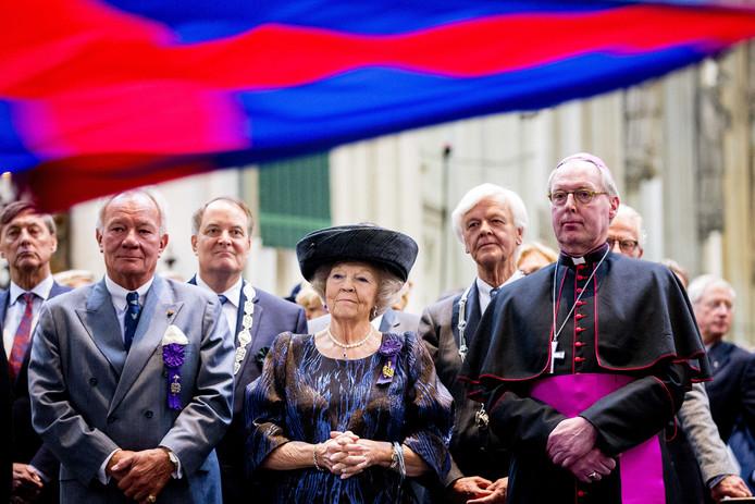 Prinses Beatrix is aanwezig bij het jubileumconcert ter gelegenheid van 700 jaar Illustre Lieve Vrouwe Broederschap.