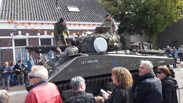 Een tank ratelt door de Kerkstraat in Zeeland.