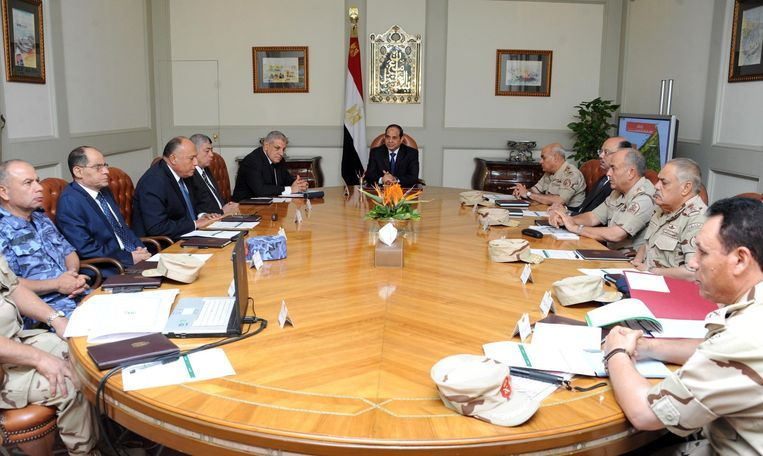 De Egyptische president al-Sisi (midden) overlegt met zijn veiligheidsadviseurs over de situatie in de Sinaï Beeld belga
