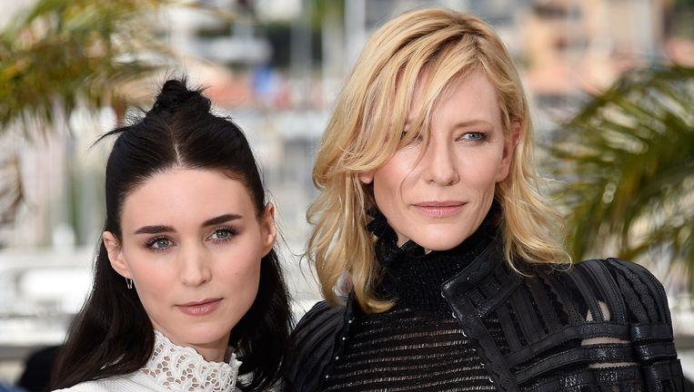 Rooney Mara (L) en Cate Blanchett, te zien in 'Carol' poseren in Cannes, 17 mei. Beeld AFP