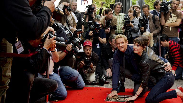 Barry Atsma onthult samen met Carice van Houten hun Gouden Tegel in Utrecht. Atsma en Van Houten speelden de hoofdrollen in 'Komt een vrouw bij de dokter' Beeld ANP Kippa