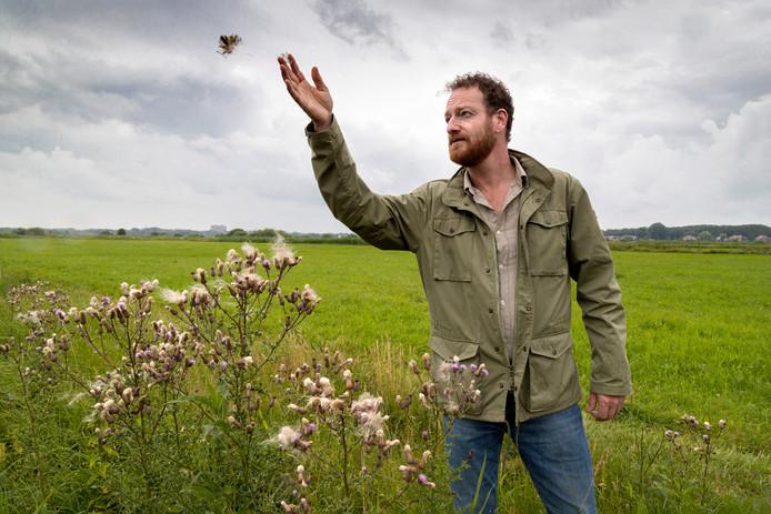 """Stadsecoloog  Johan Mees in het Bossche Broek. ,,Saai grasland met distels moet weer een kleurrijke bloemenzee worden""""."""