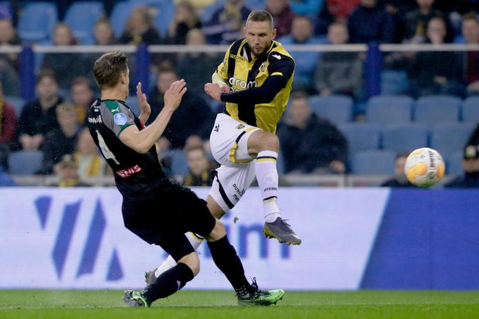 Tim Matavz vuurt op het doel van Groningen, voordat Mike te Wierik kan ingrijpen. De Sloveen start in Utrecht in de basis bij Vitesse.