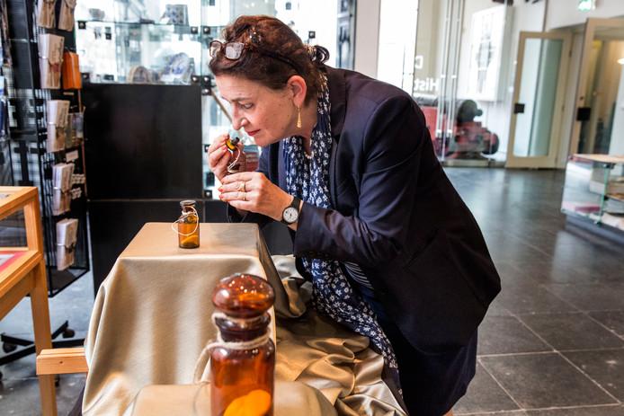Conservator Marijke Holtrop van het Historisch Museum Den Briel ruikt alvast aan de nieuwe tentoonstelling over de geur van Willem van Oranje, die woensdag wordt geopend.