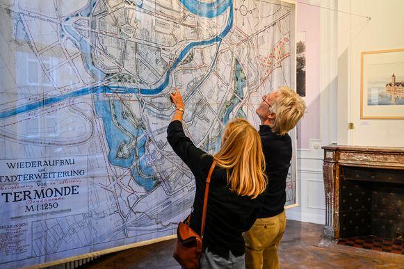 Op grote stadskaarten op doek kunnen bezoekers zien hoe stadsarchitecten droomden van een nieuwe invulling van de stad.