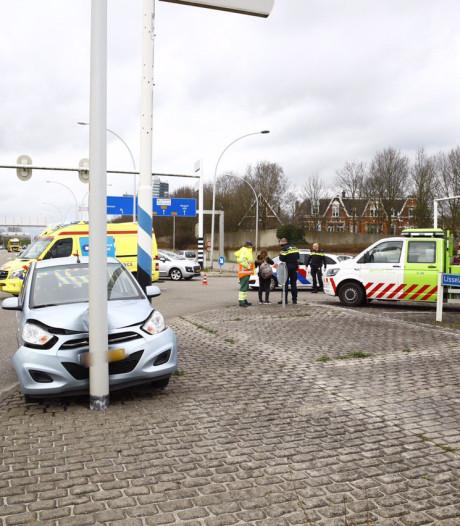 Auto ramt lantaarnpaal bij IJsselallee in Zwolle