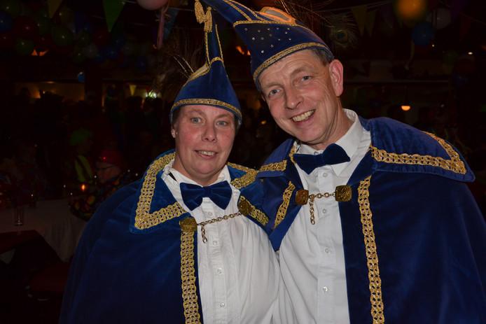 Jeroen Berentsen en zijn vrouw als adjudante Carola Horenberg zwaaien de scepter bij de Holtkleuvers in Holterhoek bij Eibergen