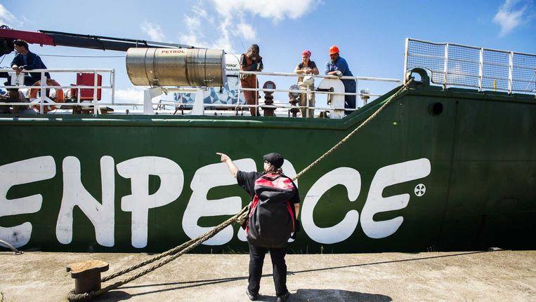 Bemanningsleden van het actieschip Arctic Sunrise worden verwelkomd. Het schip werd wereldberoemd nadat de Russische kustwacht het enterde en in Moermansk aan de ketting legde. Beeld anp