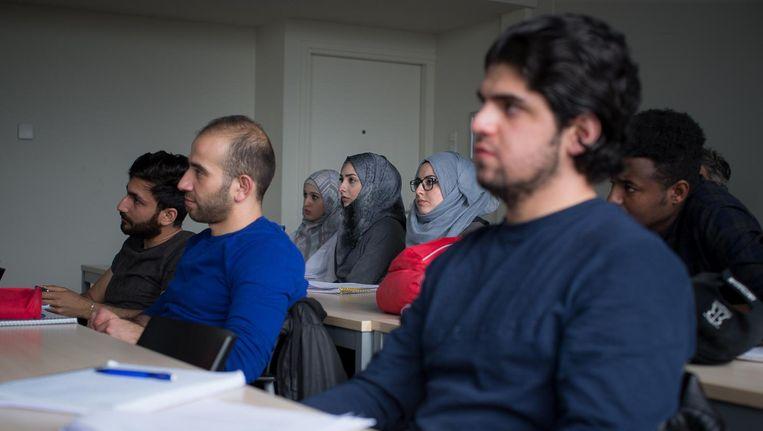 Omdat veel studies in Nederland in het Engels zijn, moeten statushouders ter voorbereiding Nederlands én Engels leren Beeld Rink Hof