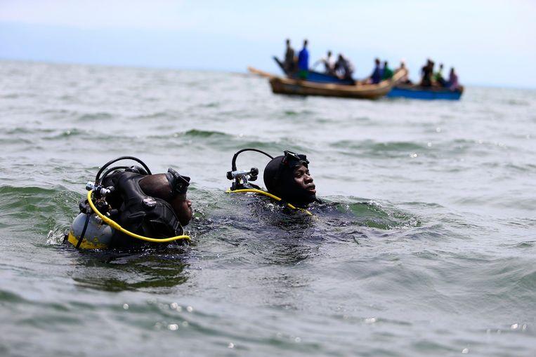 Reddingswerkers van de Oegandese politie zoeken naar overlevenden in het water na een bootramp met Congolese vluchtelingen in Lake Albert. Archieffoto uit 2014.