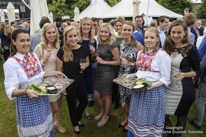 Deze bezoekers van de Oldenzaalse Haringparty lieten zich de Hollandse Nieuwe goed smaken.
