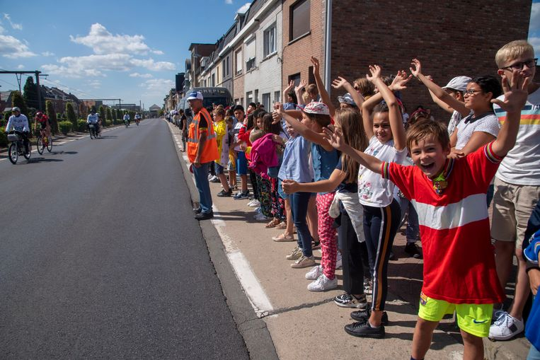 Leerlingen van het vijfde en zesde leerjaar van de Gertrudis basisschool supporteren voor de vrouwen op het Derny festival.