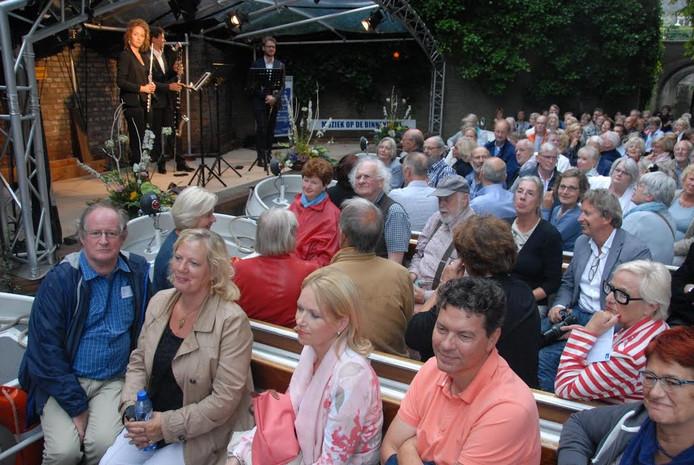 Het was op deze zaterdagavond twee keer volle bak nabij het podium aan het enigszins mysterieus aandoende Voldersgat.