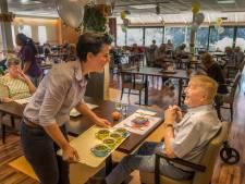 Bewoners Het Saalmerink Haaksbergen eten weer samen: 'Fijn dat we weer wat vrijheid terughebben'