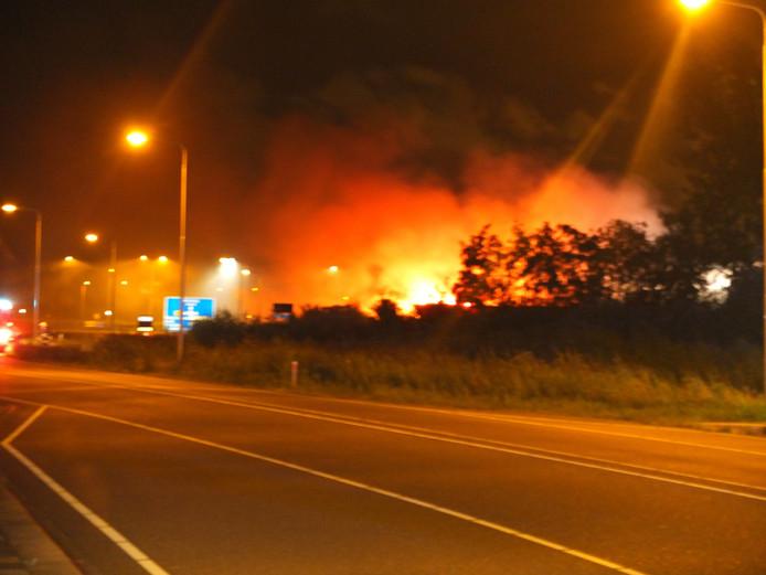 De brand, gezien vanaf de grote weg.
