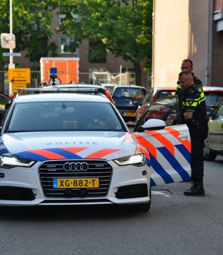 Man rijdt met gestolen auto in op politieauto in Breda, agent raakt lichtgewond