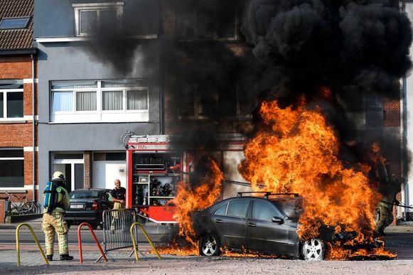 Dinsdagmiddag stopte een een zwarte mercedes ter hoogte van de oefenvelden van KV Mechelen. De passagier merkte op dat zijn voertuig vuur vatte. Kort daarna ontplofte de auto en ging het in vuur op.