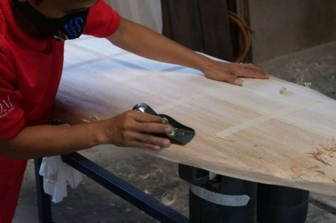 Het maken van de surfplanken gebeurt in een fabriek op Oost-Java.