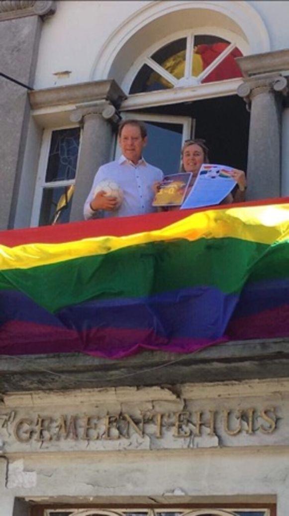 Schepen Luk De Mey en Ann Verschelden tonen het charter dat ze aan de voetbalclubs zullen uitdelen