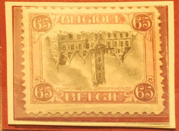 Deze postzegel, waarop het stadhuis van Dendermonde omgekeerd staat, is eigenlijk een misdruk.