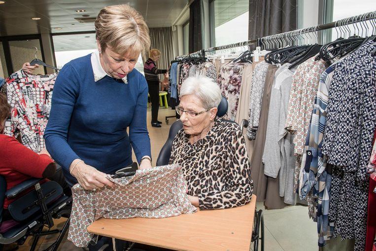 Marcella Vantomme krijgt wat hulp van haar dochter Linda Vanacker.