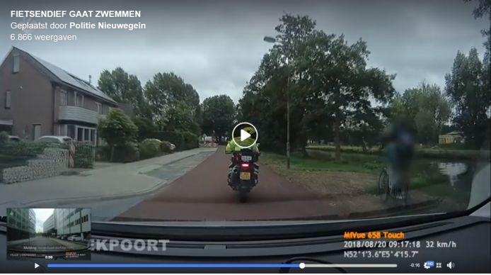 Op politiebeelden is te zien hoe in Nieuwegein een fietsendief het water inspringt.