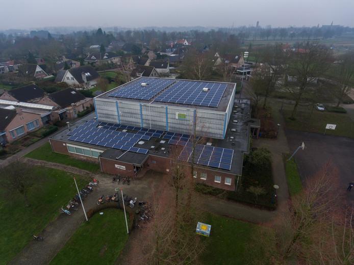250 zonnepanelen op het dak van sporthal de Kubus in Oudheusden.
