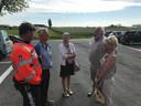 Jean-Marie Dedecker slaat een praatje op de parking van het stembureau