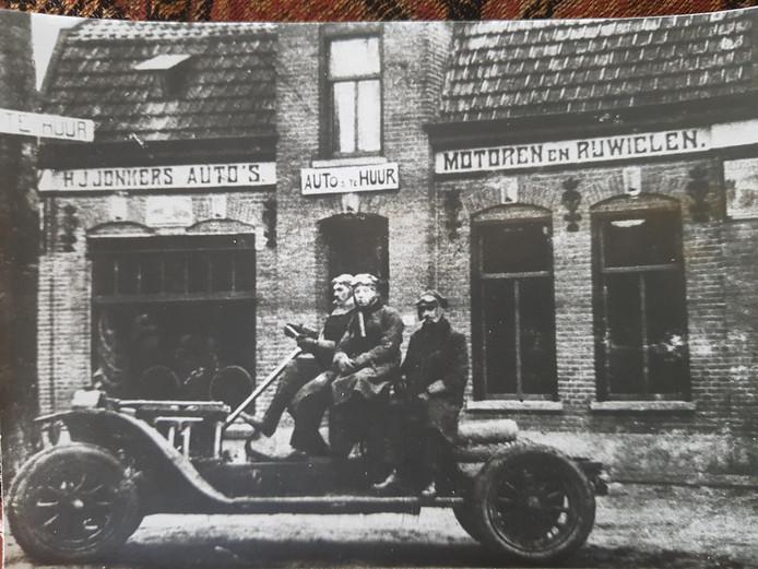 Oprichter en opa Driek Jonkers, links op de foto, bij zijn autobedrijf in Valkenswaard.