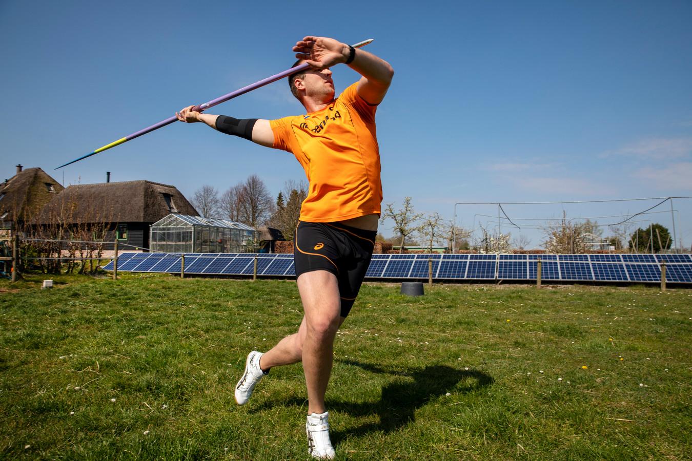 Thomas van Ophem oefent in een weiland