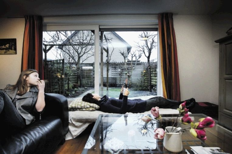 Hannah Leuvelink met haar dochter (links) in haar huis dat te koop staat. Het nieuwe huis is al gekocht. (FOTO JEAN-PIERRE JANS) Beeld Jean-Pierre Jans