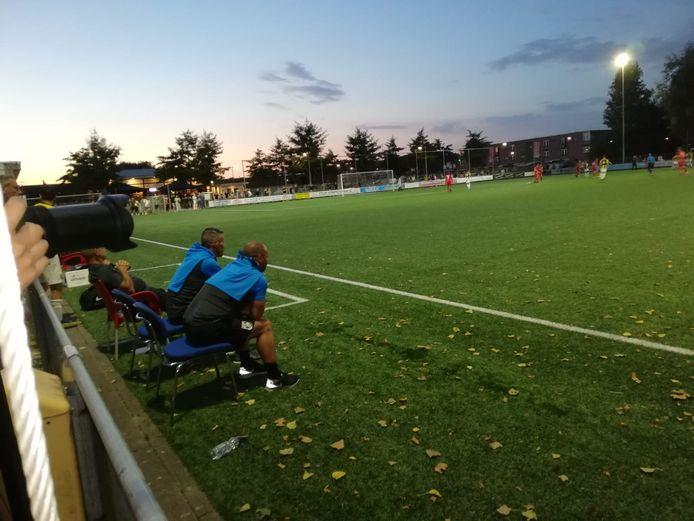 Nicky Hofs bekijkt zijn jongens van Vitesse Onder 21 tegen MASV op een uitverkocht sportpark Malburgen.