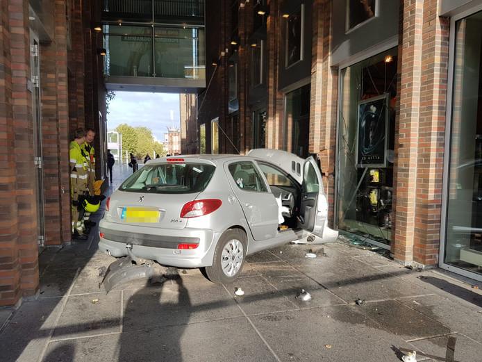 De auto is tegen de pui van bioscoop LUX in Nijmegen tot stilstand gekomen.