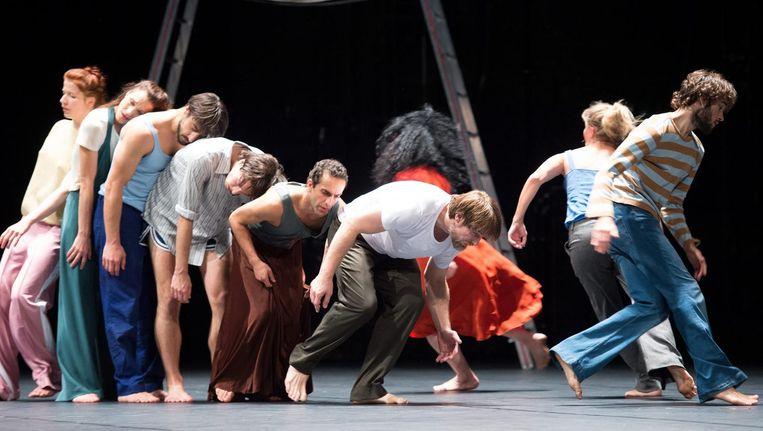 Dansers van het Tanztheater Wuppertal in een eerdere voorstelling. Beeld null