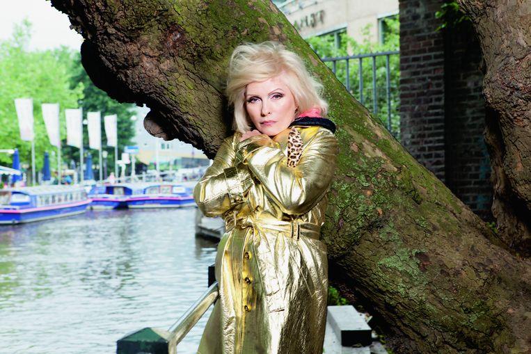 Deborah Harry heeft geen introductie nodig, de voorvrouw van Blondie treedt nog steeds op. In 1977 was ze al in Paradiso met haar band. Dit jaar stond ze er opnieuw. Ze poseert voor de iep voor Paradiso, de boom die ze altijd heeft onthouden: 'Dit is Paradiso's beroemde boom, toch?' Beeld Marte Visser