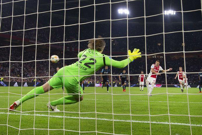 Dusan Tadic benut zijn eerste strafschop, de 2-0 tegen Vitesse.