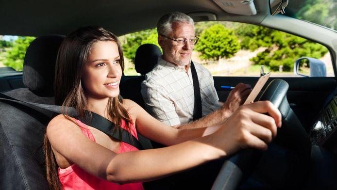Stockfoto: Een meisje leert autorijden