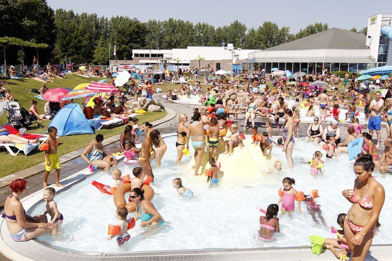Openluchtzwembad De Fakkel in Ridderkerk, begin augustus. Beeld anp