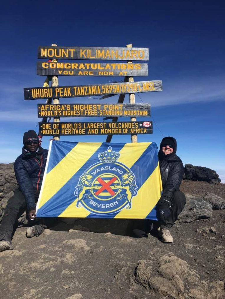 Peter Thyssen liet op de top van de Kilimanjaro de vlag van Waasland-Beveren wapperen.