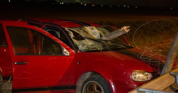 Dronken bestuurder veroorzaakt ongeluk, zwaargewonden nadat paal auto doorboort.